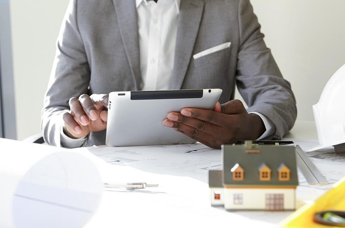 architect-using-ipad